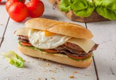 Chivito al pan, el sándwich uruguayo Ideas Sándwich, Comida Latina, Canapes, Cheesesteak, Deli, Starters, Hamburger, Brunch, Appetizers