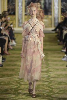 Simone Rocha Ready to Wear Spring 2016 Fashion 2020, Fashion News, Runway Fashion, Fashion Brands, High Fashion, Fashion Show, Fashion Outfits, Summer Fashion Trends, Spring Summer Fashion
