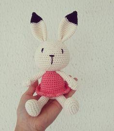 Ooooo fofura! Essa daqui foi pra Goiânia junto com sua família! - #amigurumi  #crochê #feitoamao #ganchillo #hechoamano #handmade #makeitsewical #crochet #nursery #maternity #baby #quartodebebê #decoração #babyroom #decor #maternidade  #bunny #coelho #rabbit #portamaternidade #easter by anacraftbox