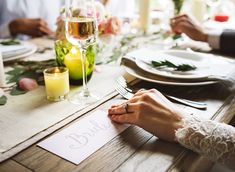 You are getting married? It's time to get organized and establish a wedding planning timeline. Take a look at our wedding planner checklist and let's do it! Wedding Dinner, Wedding Rehearsal, Wedding Menu, Wedding Table, Rustic Wedding, Wedding Reception, Wedding Gifts, Wedding Day, Dream Wedding