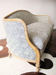 un vieux canapé chiné, un tissus contemporain : chic ! fa lalala