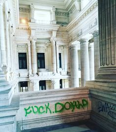 #graffiti at the largest #courthouse in the world. #Brussels #Brussel #Bruxelles #fuckdonald #fuckyoudonald #fucktrump Donald J. Trump @vp #resist #impeach #impeachtrump #trump #donaldtrump #mikepence #pence #jesus #god #christianity #democracy #midterms #govote #democrat #bluewave #republicans ##republicanparty