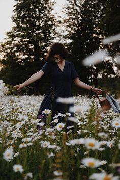 W jaki sposób nadajemy sens naszemu otoczeniu? O mojej ciszy Photography Poses Women, Portrait Photography, Fashion Photography, Aesthetic Photo, Aesthetic Pictures, Flower Girl Photos, Foto Instagram, Insta Photo Ideas, Foto Pose