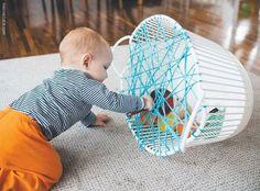 Kies een oude mand en maak er met wol een soort spinnenweb van. Stop in de mand allerlei speelgoed waar de baby mee kan spelen. Tijdens het spel kan de baby het speelgoed vantussen het web halen, zo stimuleer je de motoriek en het denken( hoe neem ik het speelgoed)