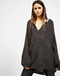Jersey ancho cuello pico. Descubre ésta y muchas otras prendas en Bershka con nuevos productos cada semana