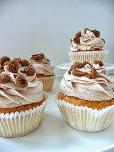 Sinterklaas Cupcakes met speculaascrème: voeg speculaaskruiden toe aan je cakebeslag, en maak frosting met botercreme (banketbakkersroom+boter+poedersuiker) of zelf geklopte slagroom met speclaaskruiden.