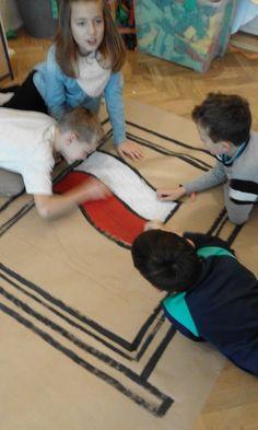 Uczniowie pomagają przy powstawaniu dekoracji.