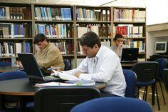Nuestro amplio horario le permite a los estudiantes, investigadores y profesores trabajar cómodamente en la Biblioteca.