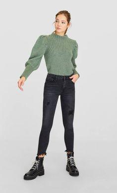 Blugi skinny fit cu talie înaltă de la Stradivarius cu doar 99.9 RON ofertă disponibilă pentru un timp limitat. Jeans de damă mereu în tendințe. Intră acum! Dr. Martens, Black Jeans, Normcore, Skinny, My Style, Tops, Pants, Inspiration, Outfits