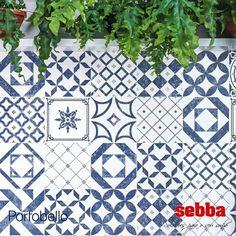 """O produto tem pintura levemente desgastada, que faz lembrar aquele jeans """"stoned"""", o azul e branco dos azulejos pode ser composto em mix de desenhos ou com a repetição de um mesmo padrão.  Breve, você poderá conferir o Lançamento da Portobello Cerâmica, Algarve Mix (20x20), aqui na Sebba!"""