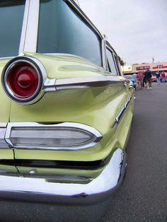 Pontiac Bonneville Safari Wagon: Back when the cars had graceful curves, chrome, and style!
