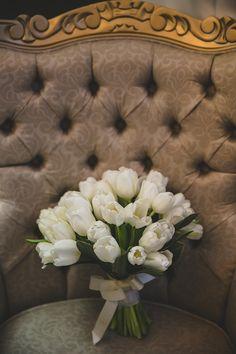 Bouquet de noivas em tulipa branca com fita off white Foto:Milena Cavichi Fotografia