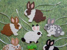 ~ EIN DUTZEND HASEN + EINE KAROTTE ~  Fertige Satz von 12 einzigartige Hase Kaninchen (+ eine Karotte) Ornamente  Tolle Ostern / Frühling Dekorationen Schöne Geschenkanhänger Oder ein sehr süßes Geschenk für jeden Bunny-Liebhaber ganzjährig angezeigt!  Handgefertigt mit Perler Perlen (röhrenförmige Kunststoffperlen zusammen mit Hitze verschmolzen) Mit silberfarbenem Schleife und weiße Band aufgereiht  Hase-Ornamente messen ca. 3.5 x 4.0 Zoll  Benötigen Sie zusätzliche Sets? Bitte senden ...