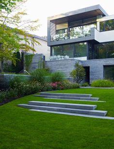 aménagement paysager: pelouse et façade moderne