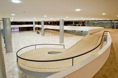 Palácio do Planalto - Rampa de acesso ao mezanino no 3 andar / Oscar Niemeyer Ramp Design, House Design, Ramp Stairs, Wheelchair Ramp, Arch Interior, Oscar Niemeyer, Facade Architecture, Architectural Elements, Home Remodeling
