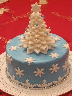 Easy Christmas Cake Decoration Ideas Blue yummy snowflakes cake with tree topper. Christmas Cake Designs, Christmas Cake Decorations, Christmas Cupcakes, Holiday Cakes, Christmas Desserts, Christmas Treats, Christmas Tree Cake, Christmas Birthday Cake, Xmas Cakes