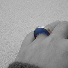 Anillo en plata y resina/ Ring. Silver and resin