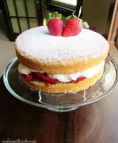 Food Cakes, Cupcakes, Cupcake Cakes, Victorian Sponge Cake Recipe, Baking Recipes, Dessert Recipes, Desserts, Strawberry Sponge Cake, Strawberry Jam
