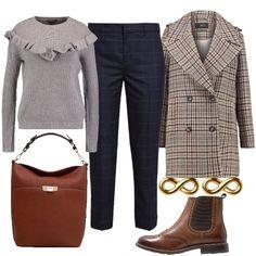Pantaloni classici check e coat Principe di Galles. In un gioco di fantasie si inserisce il pullover grigio con ruches per stemperare l'impronta maschile di questo look. Si completa con uno stivaletto Chelsea, borsa hobo e orecchini minimal.