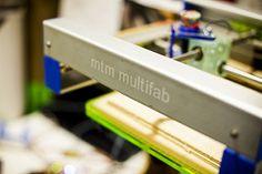 Встречаются некоторые модели 3D-принтеров, которые обладают возможностью работать с тремя компонентами сразу, но стоить такое устройство будет порядка 250 тысяч долларов. Однако технологии не стоят на месте, в Массачусетском институте было разработано новое печатающее устройство, позволяющее работать одновременно с десятью компонентами.