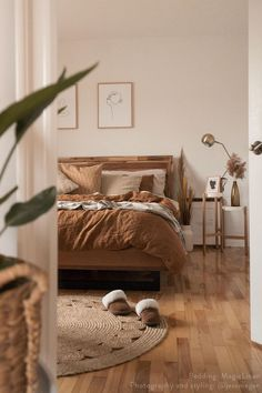 There is no better way to add coziness to your bedroom than with linen bedding. Soft, super pleasant to the touch, and effortlessly stylish. Discover our collection of cinnamon linen bedding. Styled by decor bedroom Cinnamon Linen Bedding Bedroom Inspo, Home Decor Bedroom, Brown Bedroom Decor, Earthy Bedroom, Grey Bedroom Design, White Wall Bedroom, Simple Bedroom Decor, Wood Bedroom Furniture, Bohemian Bedroom Decor