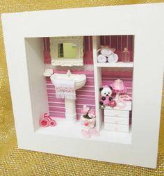 Quadro em mdf , pintado em branco, aplicação de decoupagem no fundo ( tons rosa, pink e branco ), toalhas  feito à mão,   pia e espelho de resina, cômoda de madeira, adereços em resina, acrilico e miniaturas de produtos de higiêne.   POR SER UM PRODUTO TOTALMENTE ARTESANAL , PODERÁ OCORRER ALGUMA ALTERAÇÃO NA DECORAÇÃO.  Aceito encomenda com a cor de sua preferência !  LANÇAMENTO EXCLUSIVO KITTY ARTES R$ 75,00