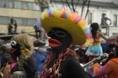 Unos negritos bien 'carnavaleros' en el desfile del Festival de Teatro. Foto: Natalia Gómez C. / EL TIEMPO