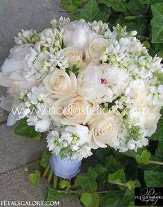 Ramo de novia con románticas peonias, lisianthus y bouvardias blancas mezcladas con elegantes rosas en tonos pastel