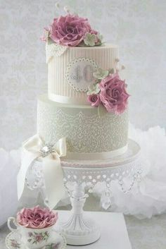 Wow... what a lucky couple to have an anniversary cake like this!!
