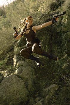 Une fille se déguise avec un costume de Lara Croft et va se mettre dans les même situations que l'héroïne de jeu vidéo.