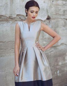 Wizytowa sukienka uszyta z ekskluzywnej koronki z pięknym ozdobnym brzegiem- wykończenie dołu i rękawów. Kolor szary na złoto beżowej satynowej podszewce. Szeroki zmysłowy dekolt, oblekane guziczki z tyłu. Długość 100cm. Pranie ręczne lub chemiczne. Modelka ma 170 cm wzrostu i prezentuje rozmiar 36 Klasyczny fason, kolor oraz skromna elegancja - to cechuje Sukienkę Karen. Niebywale podkreślająca kobiece wdzięki propozycja dla wszystkich ceniących sobie wysokiej jakości tkaniny. Wygodny…