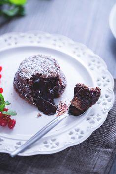 Tortino di cioccolato con cuore fondente: un soffice scrigno contiene una golosissima sorpresa. Viva il cioccolato! [Chocolate cake soft-hearted]