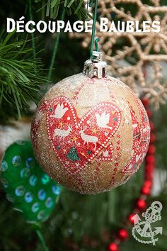 Decoupage Baubles - Upcycled DIY Christmas Decorations on a Budget Christmas Craft Fair, Christmas Decoupage, Christmas Baubles, Christmas Projects, Christmas Stuff, Decorating With Christmas Lights, Christmas Tree Decorations, Napkin Decoupage, Decoupage Paper
