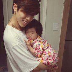 Dongwoo with his beloved niece (who is getting really heavy, according to Dongwoo). K Pop Boy Band, Pop Bands, Asian Boys, Asian Men, Dong Woo, Holding Baby, Hand Holding, Nam Woo Hyun, Kim Sang