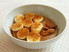 Uwielbiam kaszę jaglaną szczególnie zimą, bo to idealne śniadanie na ciepło. Ostatnio moim ulubionym śniadaniem jest budyń z kaszy jaglanej z pysznymi dodatkami. Doszłam do perfekcji, jeśli chodzi o przygotowanie takiego śniadania – mój budyń ma świetną konsystencję, jest odpowiednio gęsty i syci naprawdę na długi czas. Dzięki zawartości cynamonu, ziaren kakao i bananów to nie tylko pyszny, ale i zdrowy posiłek. Jak przygotowuję idealny budyń z kaszy jaglanej? Mój dokładny przepis poniżej…