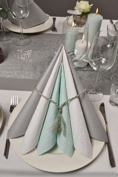 Get plenty of inspiration with new trends and colors. Get plenty of inspiration with new trends and colors. Decoration Christmas, Decoration Table, Burgundy And Grey Wedding, Flower Decorations, Wedding Decorations, Table Set Up, Setting Table, Christmas Table Settings, Napkin Folding