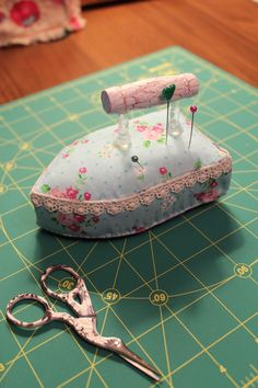 Sewing Room Ideas Pin Cushions Ideas For 2019 - Nadelkissen - Nähen Felt Crafts, Fabric Crafts, Sewing Crafts, Diy And Crafts, Sewing Projects, Cushions To Make, Pin Cushions, Sewing Box, Sewing Notions