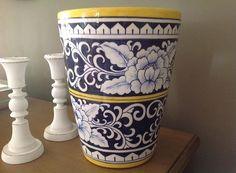 Amei pintar este vaso, foi presente pra filhota @paty_cast na casa nova!!! ☺️☺️☺️ Para informações sobre valores mandem via direct !! Ótima semana a todos!! @claycrits #claycrits #ceramic #ceramics #ceramica #ceramicart #pinturaamao #decoração #decorations #decoracao #decoration #art #arte #arts #artist