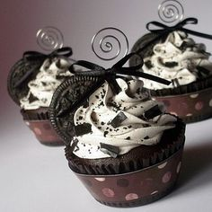 I so very badly want some of these fake cupcakes!  Aren't they amazing?  The lady on etsy who makes them doesn't have any right now, but I am just itching to get my hands on some...she makes them as ornaments, too, which I NEED for my Christmas tree!