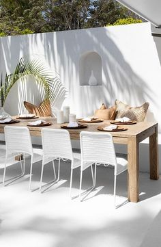 How stunning is this white rendered wall paired with Uniqwa's range of outdoor patio dining table and chairs! We are loving this coastal style Byron Bay Farmhouse filled with Uniqwa Furniture Pieces! Home Design, Design Set, Modern Design, Design Ideas, Design Concepts, Art Designs, Dining Room Sets, Dining Table Chairs, Patio Tables