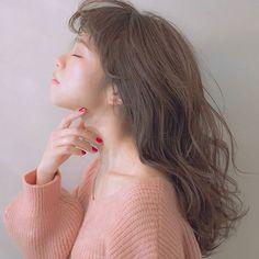 赤みを抑えたグレー×ベージュの外国人風ヘアカラー「グレージュカラー」はこの冬も人気継続中♡柔らかな透明感を引き出せるグレージュカラーは、アッシュ、ホワイト、ライム、ラベンダー等混ぜる色によって様々な表情を見せます。ハイトーンカラーにも暗髪にもおすすめのグレージュカラーをまとめました。