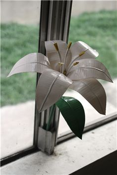 Learn how to craft creative and cute flowers made with duct tape. Use your favorite Duck® brand prints and colors to personalize your fun decorations. http://www.duckbrand.com/craft-decor#cat=activity&num=2&type=Flowers&time=All&skill=All?utm_campaign=dt-crafts&utm_medium=social&utm_source=pinterest.com&utm_content=duct-tape-crafts-flowers