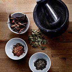 Krydderier smager af meget mere, hvis du støder hele krydderier, umiddelbart før…