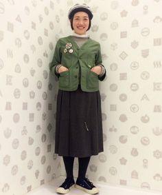 グレーのニット、スカートにfennica別注orslowのジャケットを合わせ、女性らしい着こなしを意識しました。 ベレー帽もグリーン×ネイビーの色味を足して、靴とジャケットとの色をリンクさせました。