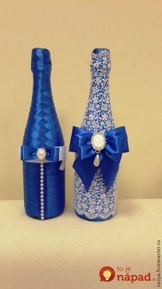 Žena váhala, čím obdarovať novomanželov: Vzala tenkú stuhu, obyčajné šampanské a to čo vytvorila musel obdivovať každý jeden hosť! Recycled Glass Bottles, Painted Wine Bottles, Wine Glass Crafts, Wine Bottle Crafts, Bridal Wine Glasses, Decoupage Jars, Personalized Wine Bottles, Decorated Wine Glasses, Wedding Bottles