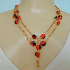 Conjunto feito com sementes natural olho de cabra e corrente dourada, colar, brincos e pulseira. R$ 15,00
