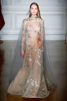 Uma noiva bem fantasiosa, da primeira coleção de alta-costura de Pierpaolo Piccioli em vôo solo pra Valentino