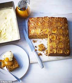 Dulce and banana cake with salted caramel toffee sauce (Lorraine Pascale) Sauce Caramel, Toffee Sauce, Toast In The Oven, Pecan Nuts, Tray Bakes, Cake Recipes, Yummy Recipes, Sweet Tooth, Cupcakes