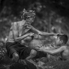Photo Instruction by Sangkhom Hungkhunthod on Indonesian Art, Old Faces, Peaceful Life, We Are The World, Art Drawings Sketches, Black And White Photography, In This Moment, Statue, Funny