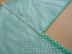 あづま袋の作り方についてお問い合わせがありましたので、私の手順をご紹介します。  私の縫い方は、裏なしで縫い代をきれいに始末するところがポイントです。  それではいきまーす!        私の場合は、バザー用に何枚も作るので、裁断しやすいように25センチ×75センチの型紙を用意...